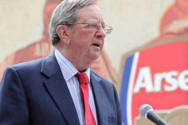 Peter Hill-Wood, antigo presidente do Arsenal, morre aos 82 anos