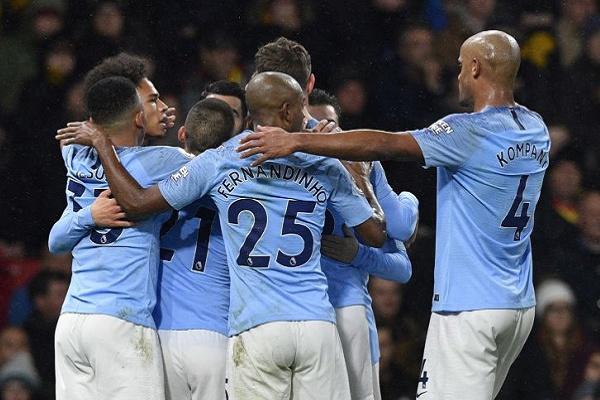 Manchester City vence Huddersfield e mantém-se na perseguição ao Liverpool