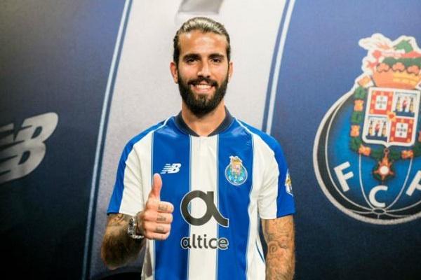 Sérgio Oliveira renova com o FC Porto até 2021