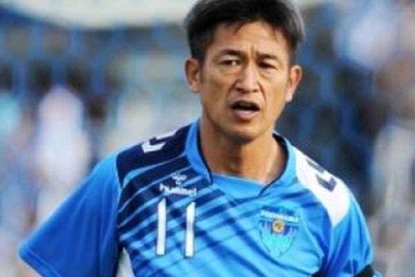 Mercado: Jogador japonês de 49 anos renova contrato com o FC Yokohama