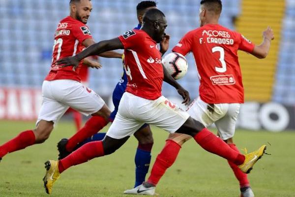 PSP diz saber de venda ilegal de bilhetes para jogo entre Santa Clara e Benfica