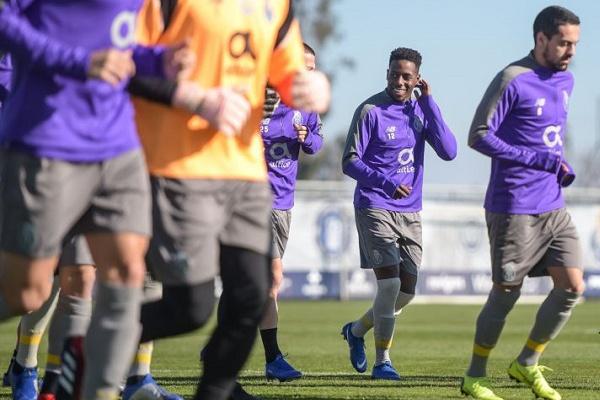 Reforço Manafá em treino do FC Porto com seis ausentes, antes do Benfica