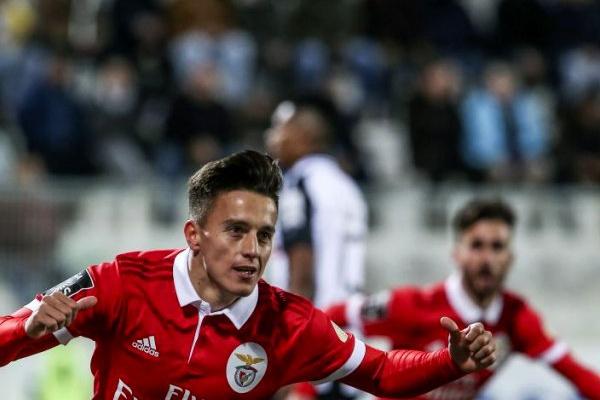 LE: Lage muda seis no Benfica, Jovic é titular no Frankfurt