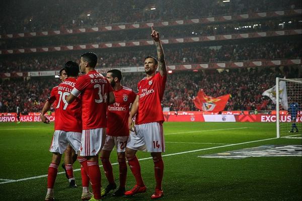 Benfica 'aplica 10' ao Nacional e fica a um ponto do líder FC Porto