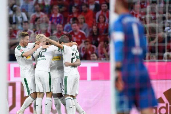 Borussia Moenchengladbach goleia e mantém segundo lugar da liga alemã