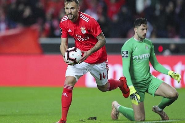 Haris Seferovic recebe prémio de Melhor Avançado do mês de fevereiro