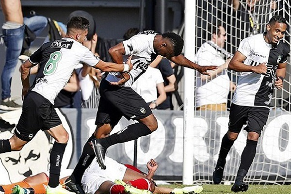 II Liga: André Vieira sai do banco para 'bisar' e dar vitória ao Farense sobre o E