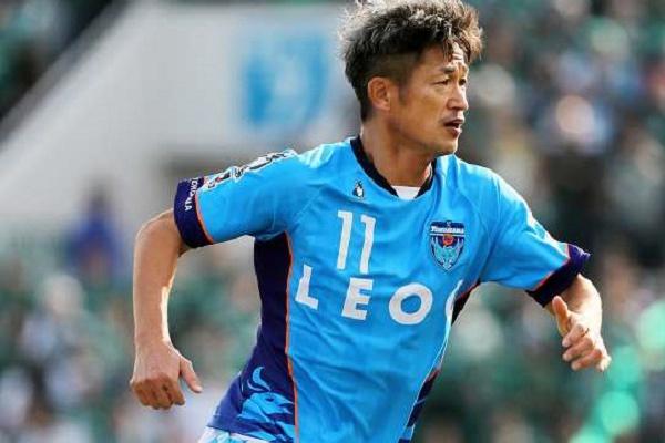 Avançado japonês de 51 anos prolonga contrato com Yokohama FC por mais um ano