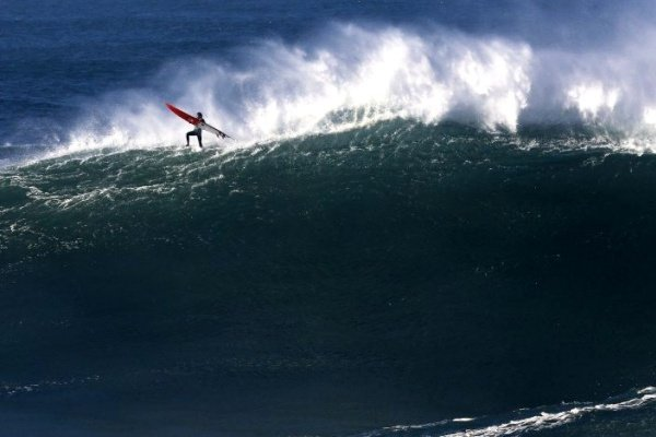 Surf: Prémios de ondas gigantes distingue Alex Botelho com dois prémios