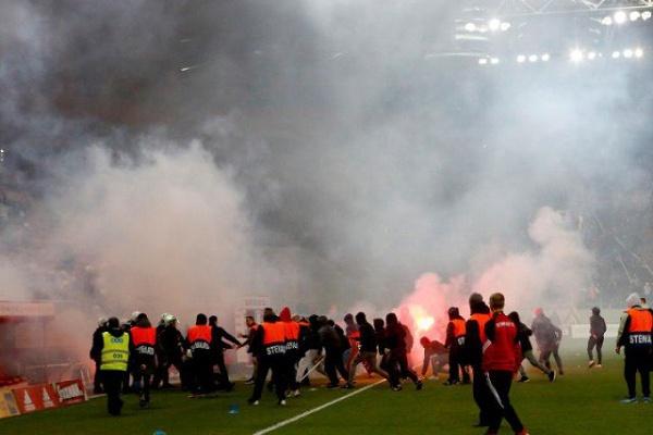 Olympiacos punido pela UEFA com jogo à porta fechada com pena suspensa
