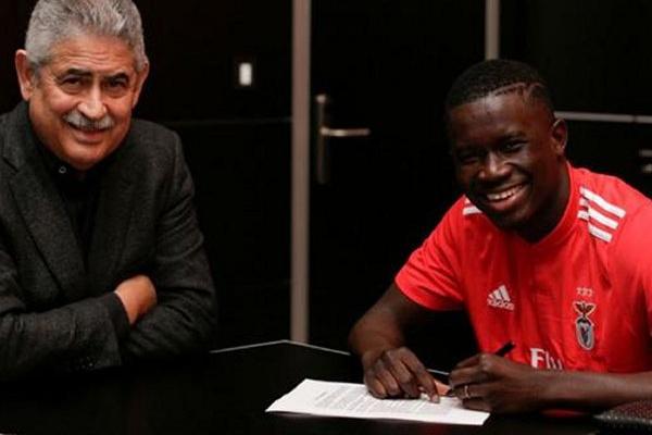 Benfica assina contrato profissional com jovem de 16 anos