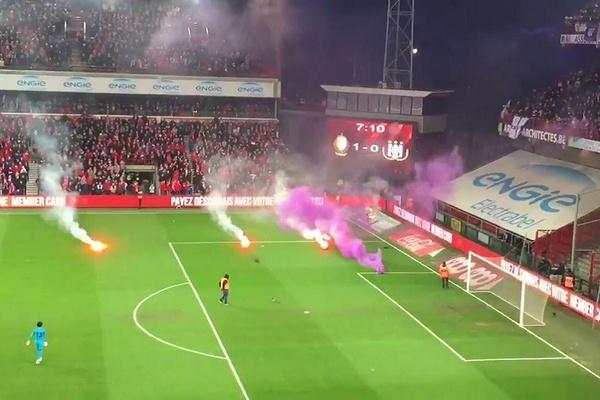 Clássico Standard-Anderlecht suspenso por comportamento incorreto dos adeptos