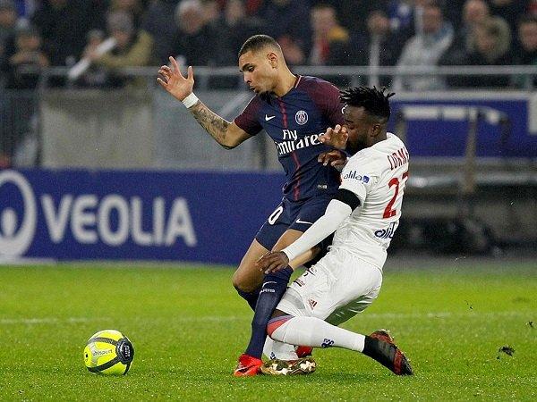 Lyon, de Anthony Lopes, vence líder PSG no último minuto